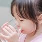 Cara Agar Si Kecil Minum Air Putih Lebih Banyak (All_about_people/Shutterstock)