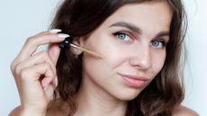 Mana Lebih Baik untuk Kulit Wajah, Serum atau Facial Essence? (ECOSY/Shutterstock)