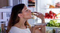 Bangun Tidur Langsung Makan Makanan Dingin Bikin Sakit Jantung? (Andrey_Popov/Shutterstock)