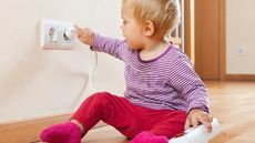 Cara Melindungi Anak dari Sengatan Listrik