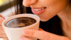 8 Cara Mengatasi Noda Kopi pada Gigi Anda (Roman-Samborskyi/Shutterstock)