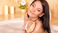 Mandi Pakai Loofah vs Shower Puff, Mana yang Aman untuk Kulit? (Poznyakov/Shutterstock)