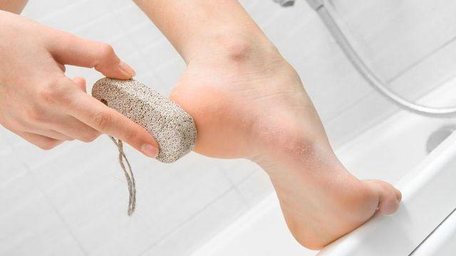 Hasil gambar untuk manfaat batu apung untuk kaki pecah pecah