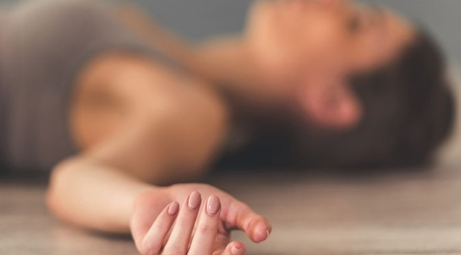 Pengertian Pingsan atau sinkop adalah suatu kondisi di mana seseorang mendadak kehilangan kesadaran dan kontrol terhadap otot (tubuh) secara sementara. Pingsan biasanya hanya terjadi selama beberapa detik atau menit. Setelah itu penderita akan sadar atau pulih secara spontan.   Pingsan biasanya terjadi karena adanya penurunan aliran darah ke otak secara mendadak dan hanya berlangsung sementara. Setelah itu penderita jatuh dan aliran darah kembali ke otak, sehingga orang yang mengalaminya sadar kembali.  Kondisi ini dapat terjadi pada semua orang dan termasuk kondisi yang umum terjadi. Pingsan memang lebih sering terjadi seiring dengan proses penuaan. Orang yang baru saja pingsan juga dapat mengalami kebingungan ketika sadar.  Penyebab Pingsan dapat disebabkan oleh banyak hal, seperti:  •penurunan tekanan darah  •detak jantung yang tidak teratur  •gula darah rendah •perubahan volume darah •perubahan postur secara mendadak, seperti berdiri terlalu cepat atau gerakan ekstrem yang dilakukan tiba-tiba •berdiri dalam waktu yang lama   •nyeri hebat atau ketakutan yang berlebihan •stres berlebihan •kehamilan •dehidrasi atau kekurangan cairan •terlalu lelah  Diagnosis Biasanya, orang yang pingsan akan langsung sadar dalam beberapa menit. Meski demikian, ada juga kondisi pingsan yang sebaiknya diperiksakan ke dokter. Beberapa di antaranya seperti:  •pingsan lebih dari satu kali •sadar lebih dari dua menit •pingsan ketika hamil •kehilangan kendali buang air kecil dan besar ketika pingsan •detak jantung yang tidak teratur  •nyeri dada  •memiliki riwayat penyakit jantung, tekanan darah rendah atau tinggi, atau diabetes  Dokter akan menanyakan riwayat medis dan melakukan pemeriksaan fisik pada orang yang mengalaminya. Selain itu, pemeriksaan lain akan dilakukan. Pemeriksaan tersebut antara lain pemeriksaan tekanan darah, tes kehamilan, rekam jantung (EKG), dan tes meja miring (tilt table) untuk memeriksa tekanan darah pada postur berbeda.  Gejala   Pingsan dapat menunjukkan gejal