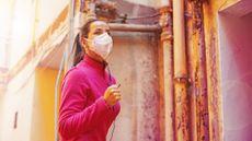 Olahraga Pakai Masker, Berbahayakah untuk Pernapasan? (Mila-Supinskaya-Glashchenko/Shutterstock)