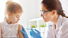 Ibu, Ini 7 Cara agar Anak Tidak Takut Saat Disuntik (Yuganov-Konstantin/Shutterstock)